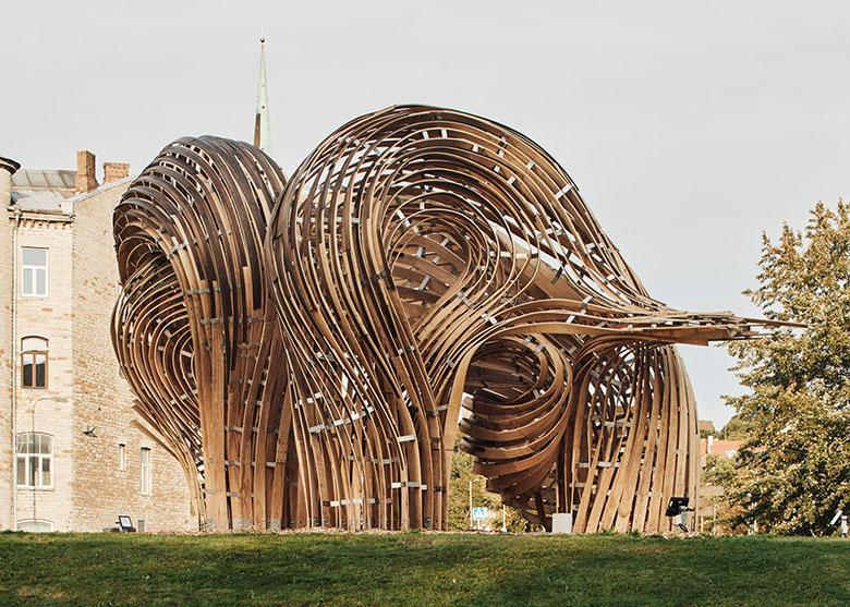 ساخت مجسمه بزرگ گمراه کننده ای با واقعیت افزوده و تکنیک های قدیمی چوب سازی